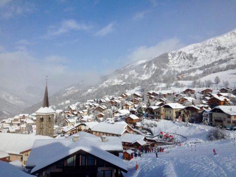 (C) Jule Reiselust: Saint-Martin-de-Belleville bei Tag.