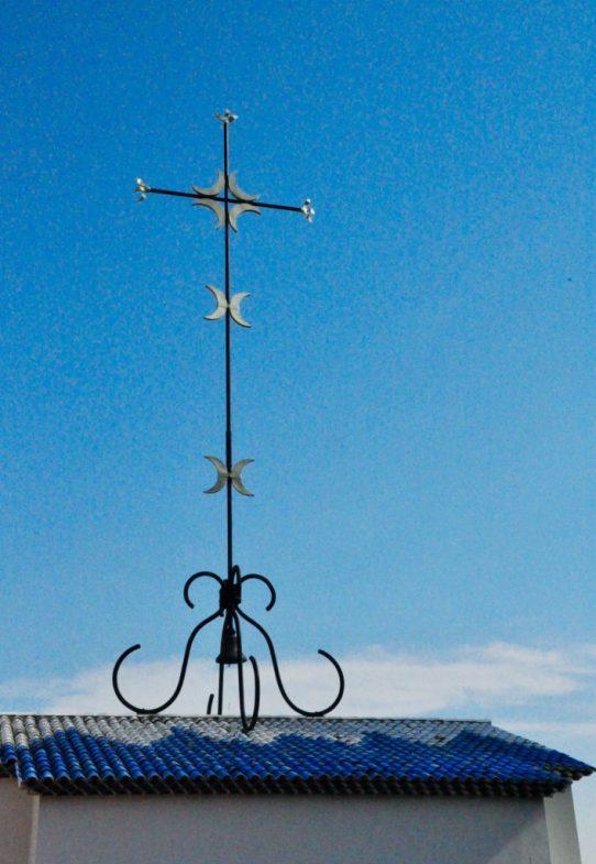 (C) Jule Reiselust: Kreuz auf dem Dach der Chapelle du Rosaire de Vence.