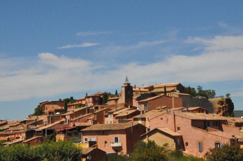 (C) Jule Reiselust: Das Dörfchen Roussillon mit seinen ockerfarbenen Häusern.