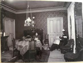 Michael Alfort & Marie-Louise Bachman. Järnhandlaren sitter i en Garibaldistol, som var en reglerbar järnkonstruktion. Originalfotot finns på Glimshaga.