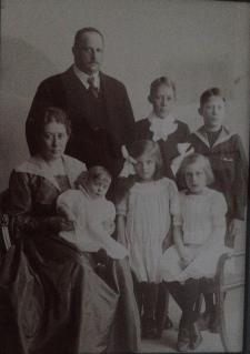 John och Märta med barnen.