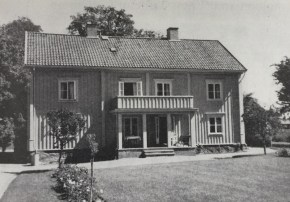 Åsbo Prästgård byggdes 1781 och utbyggdes med en övervåning 1828.