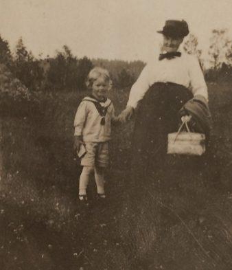 Hanna med barnbarnet Lars Henrik Odenstrand. Bilden vänligen inskickad av Margareta Sigbladh.