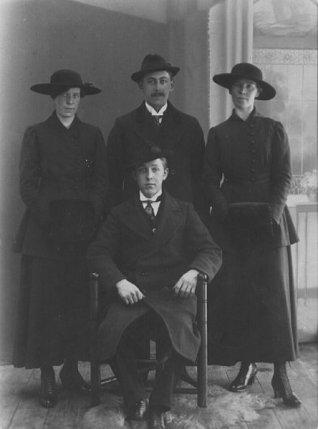 Herman Ögnelooh i mitten bakre raden, Edit till vänster. Källa: Krafttaget.com.