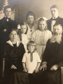 David Ahlfort med familj, ca. 1918? Vänligen inskickat av Margareta Sigbladh.