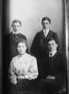 Syskonfoto på Axels barn Tvillingarna Henrik och Josef, Rut och Petrus