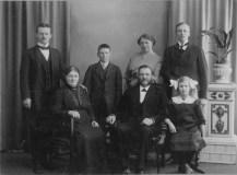Lotten och Oscar med familj ca. 1910: Arvid, John, Nanny, Theodor; Lotten, Oscar och Märta.
