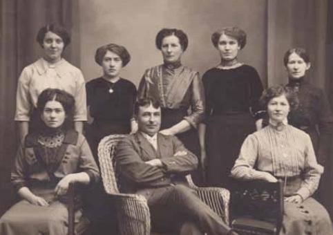 Konditoriägare Anna Ahlfort (i mitten) med sin personal. Hennes lillebror David sitter i korgstolen. Främre raden till vänster Anna Johansson (g. Göransson) och till höger Susanna Bengtsson.