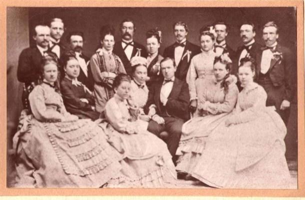 Agnes Georgina Lindqvists syster Jenny Matilda Augusta (1853-1940) gifte sig 10/10 1874 i Örebro med Johan Otto Mauritz Serrander (1848-1897).
