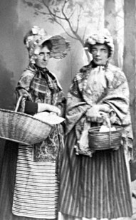Postexpeditörerna Hanna Styrlander och Tekla Forsell. Fotografi av Charlotte Hermansson i Skara. Källa: Vastarvet.se.