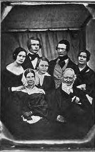 Johan Gabriel Richert med sin familj. Theophila är inte med på bilden. Dagerrotypi från mitten av 1840-talet. Källa: Wikimedia.