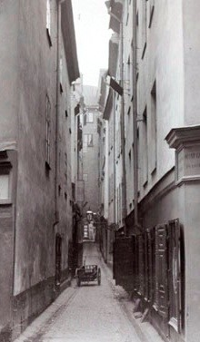 Klockgjutargränd från Myntgatan mot Västerlånggatan. Portarna på vänstra sidan är nr. 4 och nr. 2. Stockholmskallan.se.