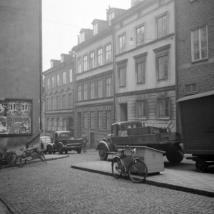 Lästmakargatan 13 närmast, bakom lastbilen, i 1946. Antikhandeln låg på 2. våningen.