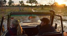 Mike och Jen sitter fram i safaribilen