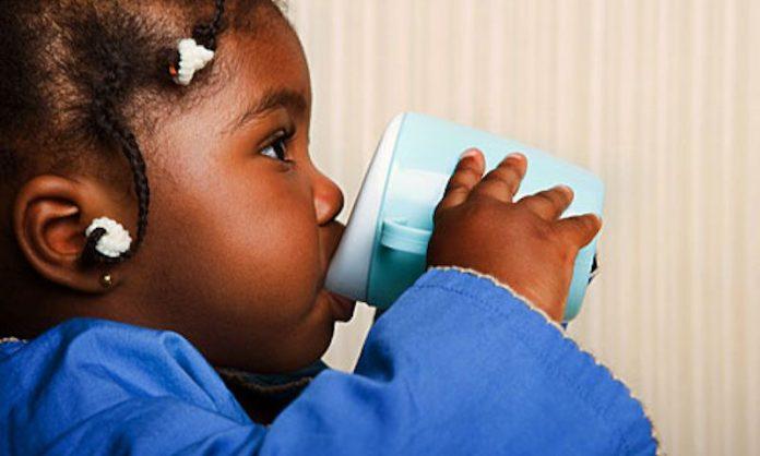 bébé qui boit de l'eau
