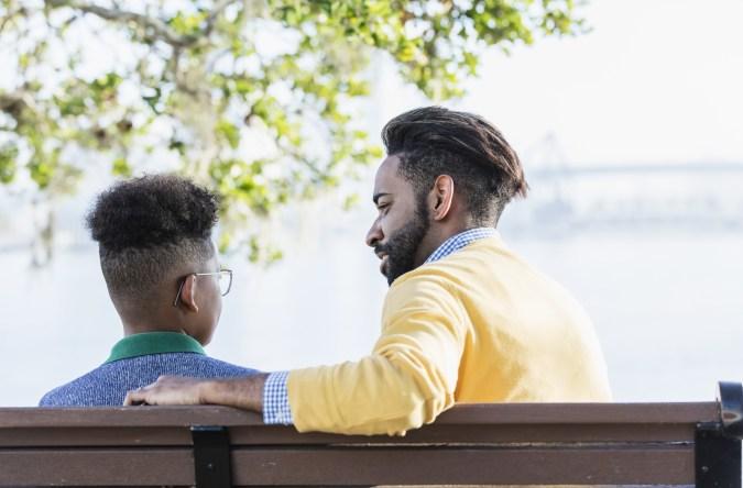 Un papa qui parle avec son fils