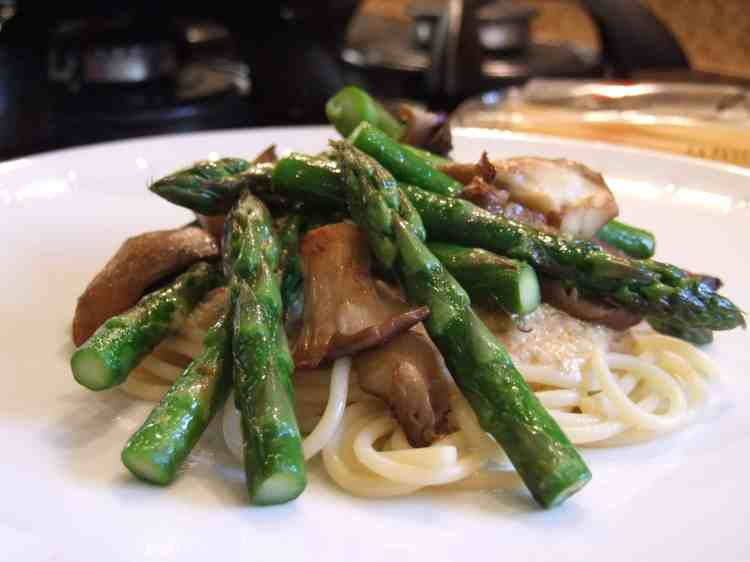 spaghetti with lemon-pinenut pesto, asparagus and oyster mushrooms