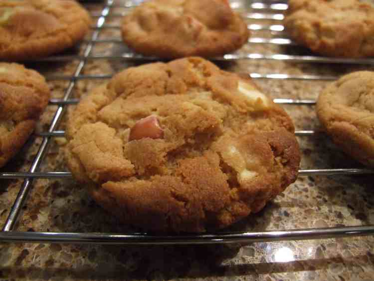 Golden, soft-chewy & studded with apple pieces, these gorgeous apple & honey cookies are richly flavoured and indulgent.