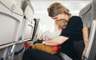 Мама с ребёнком, самолёт, отдых с детьми
