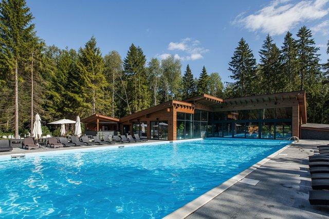 Бассейн с подогревом в отеле Les Art Resort