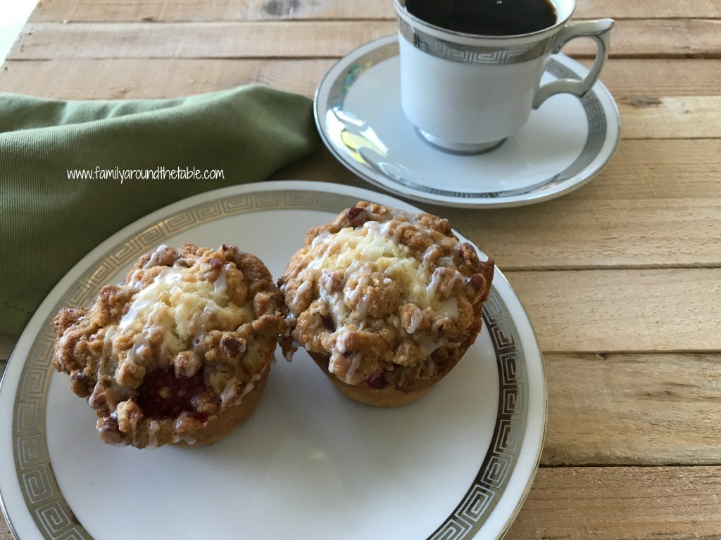 Start your day in a delicious way with raspberry streusel muffins.