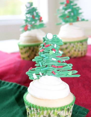 White Christmas Cupcakes with White Chocolate Peppermint Buttercream  #ChristmasSweetsWeek