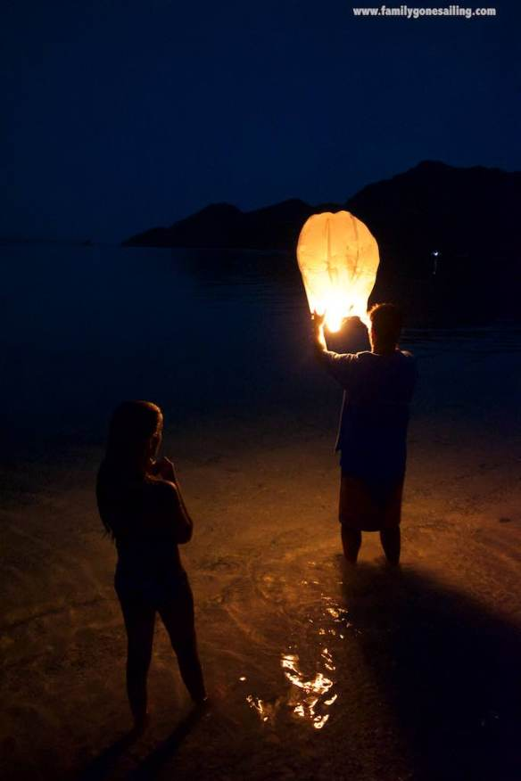 Richard – s/v Sarita – brought a lantern, a great way to wrap up such a special day (the wind was blowing from land. Moreover, it was a short-life one. In fact it fell on the water after less than a minute airborne)