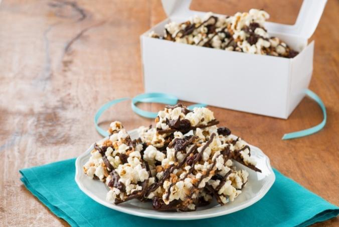 edible-holiday-gift-idea-sweet-salty-popcorn-bark