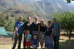 Ein Familienfoto. (von links nach rechts) Owen (Sohn von Michael und Rene), Stephan, Christiane, Emilia, Rene und Michael. Vorne sind Samuel und Silas. Michael, Rene und Owen Exall sind Südafrikaner und vor 4 Jahren die Missionsstation in den Bergen von Lesotho gestartet.