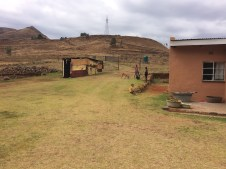 Obwohl auf dem Berg eine Hochspannungsleitung an den Dörfern vorbei fuhrt, hat keiner hier Strom. Diese Stromversorgung ist nur für die lukrativen Minen in den Bergen bezahlbar.