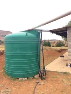 Da es oft an Wasser mangelt, wird alles gesammelt, was an Regen auf dem Dach zusammen kommt.