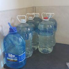 Wasservorrat für Geschirrspülen, Putzen und Waschen (Körper und Kleidung).