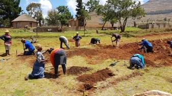 Alle Gemeindemitglieder helfen bei Ausheben des Fundaments.