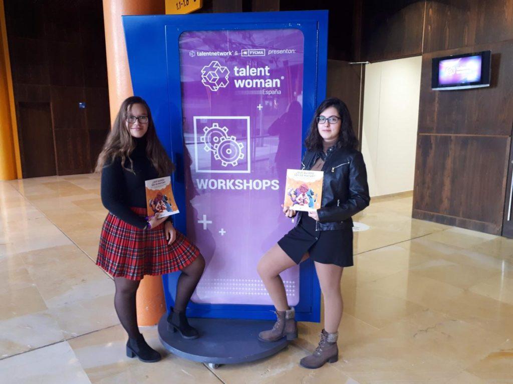 Niñas en el Talent Woman 2018 con folleto APTE
