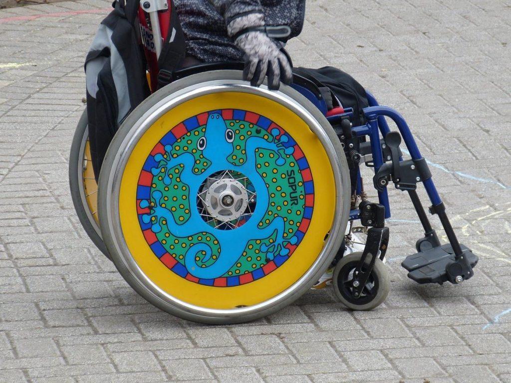 Silla de ruedas con colores