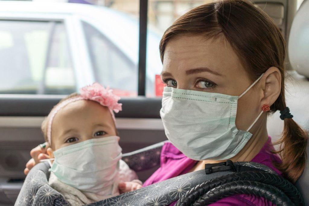 Mamá y bebé con mascarilla contra coronavirus