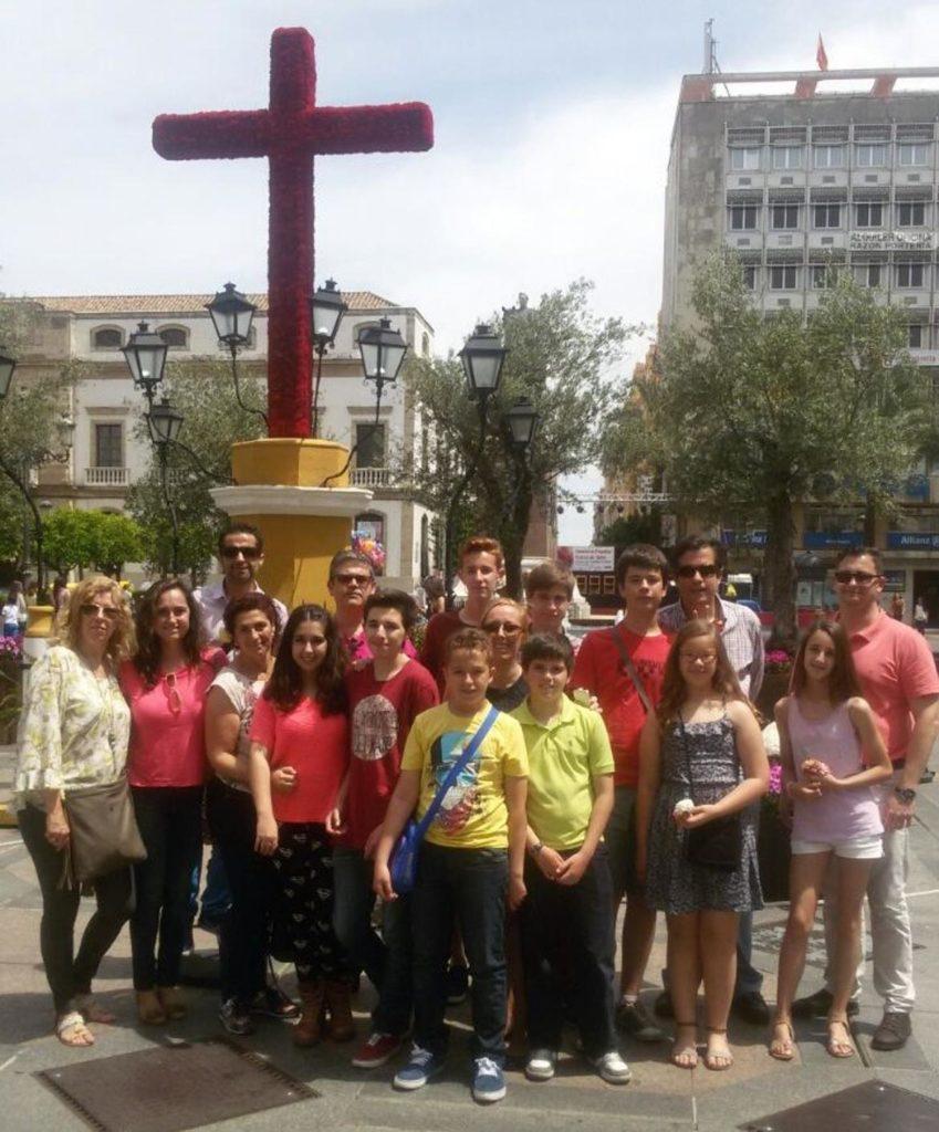 Grupo de amigos ante la Cruz de la Plaza de las Tendillas