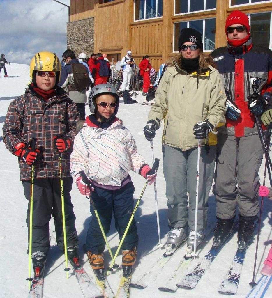 Familia preparada para esquiar en Borreguiles, Niña esquiando junto a telesilla en la Estación de Esquí Sierra Nevada, Granada