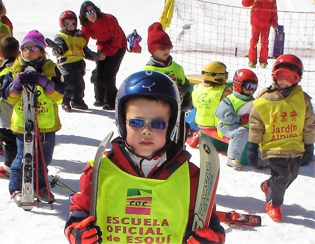Niño en la zona de esquí familiar, Estación de Esquí Sierra Nevada, Granada