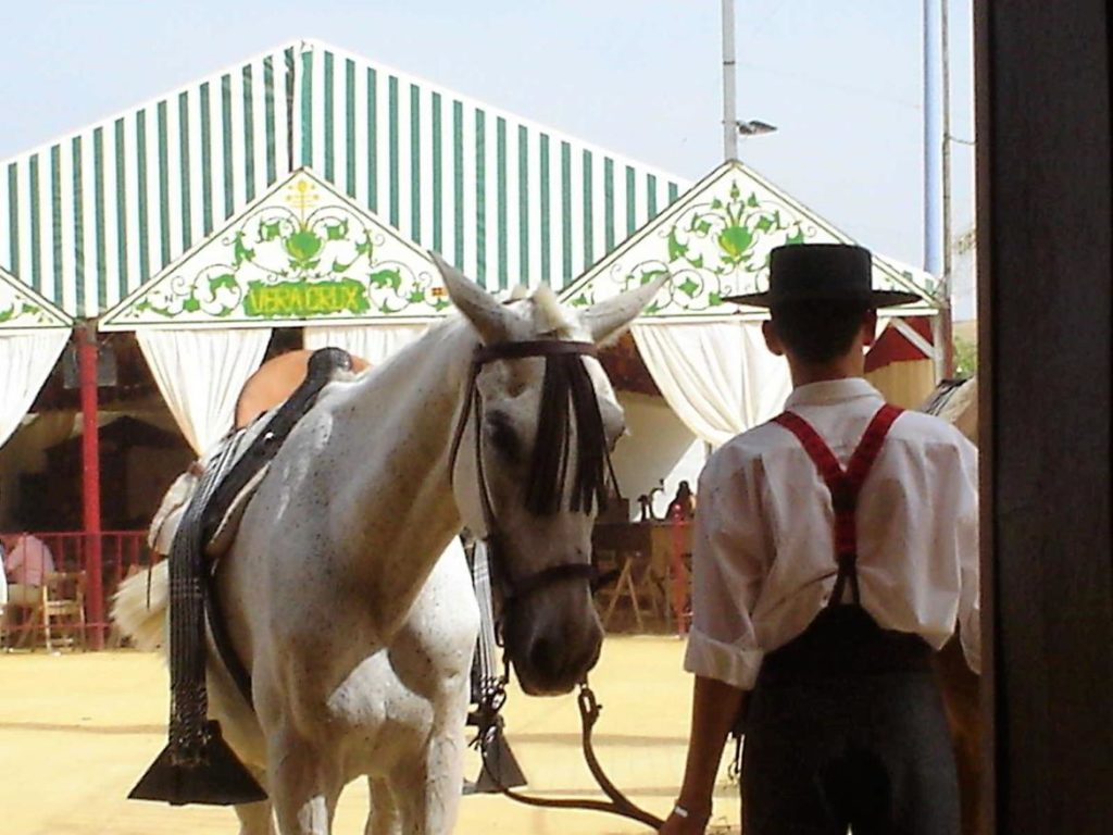 Jinete y caballo en la puerta de una caseta en la Feria de Córdoba