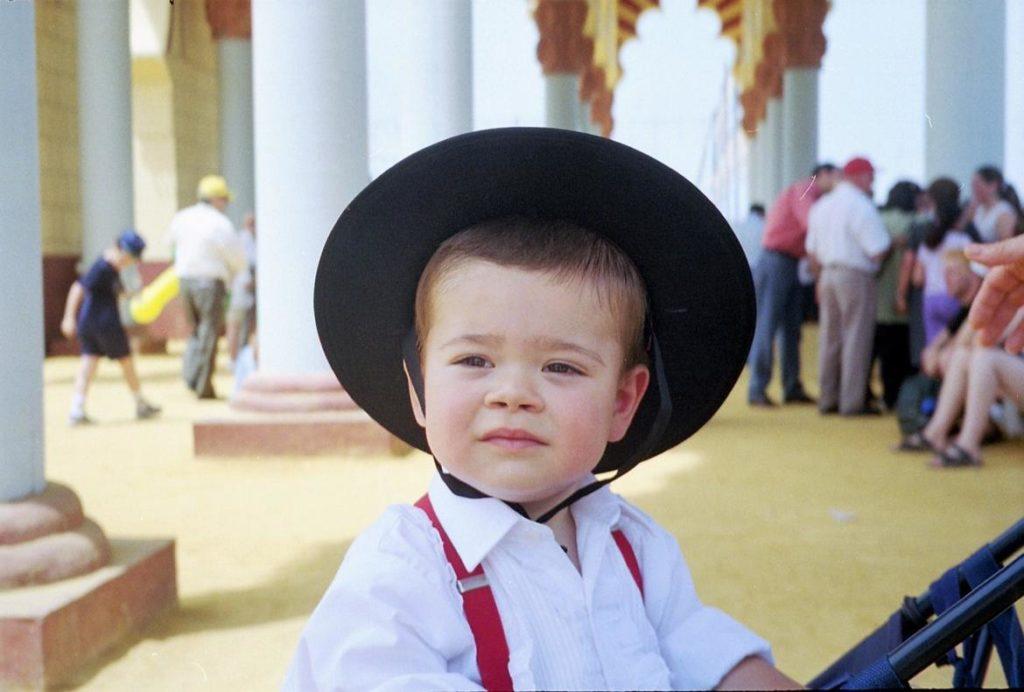 Niño vestido de corto y con sombrero cordobés en la portada de la Feria