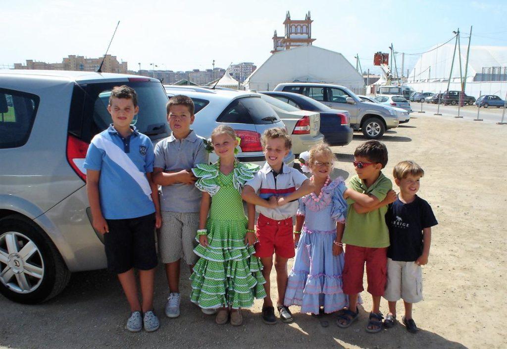 Niños en el aparcamiento del Real en la Feria de Málaga