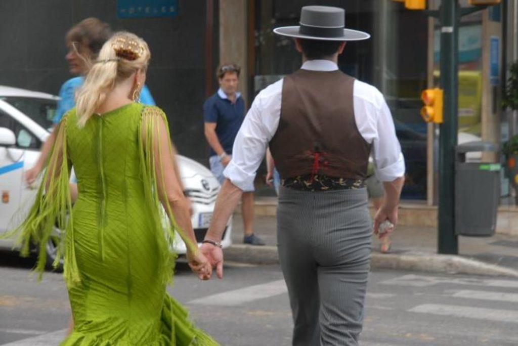 Pareja vestidos de flamenca y de corto