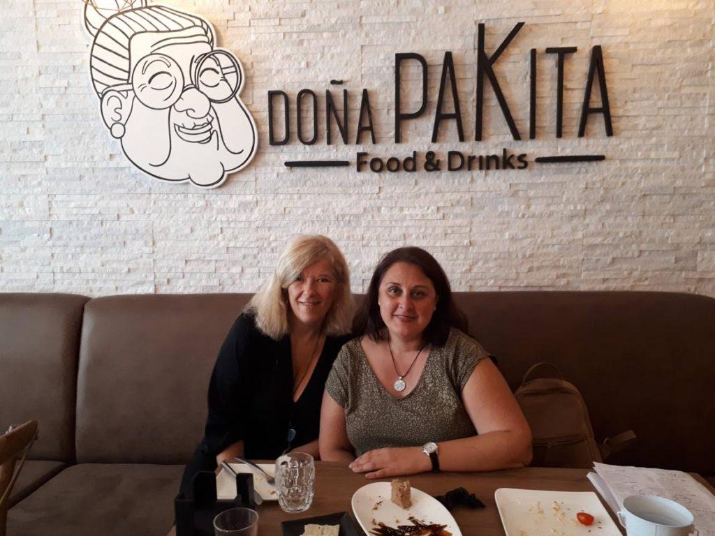 Mujeres en cafetería Doña Paquita en Ronda, Málaga