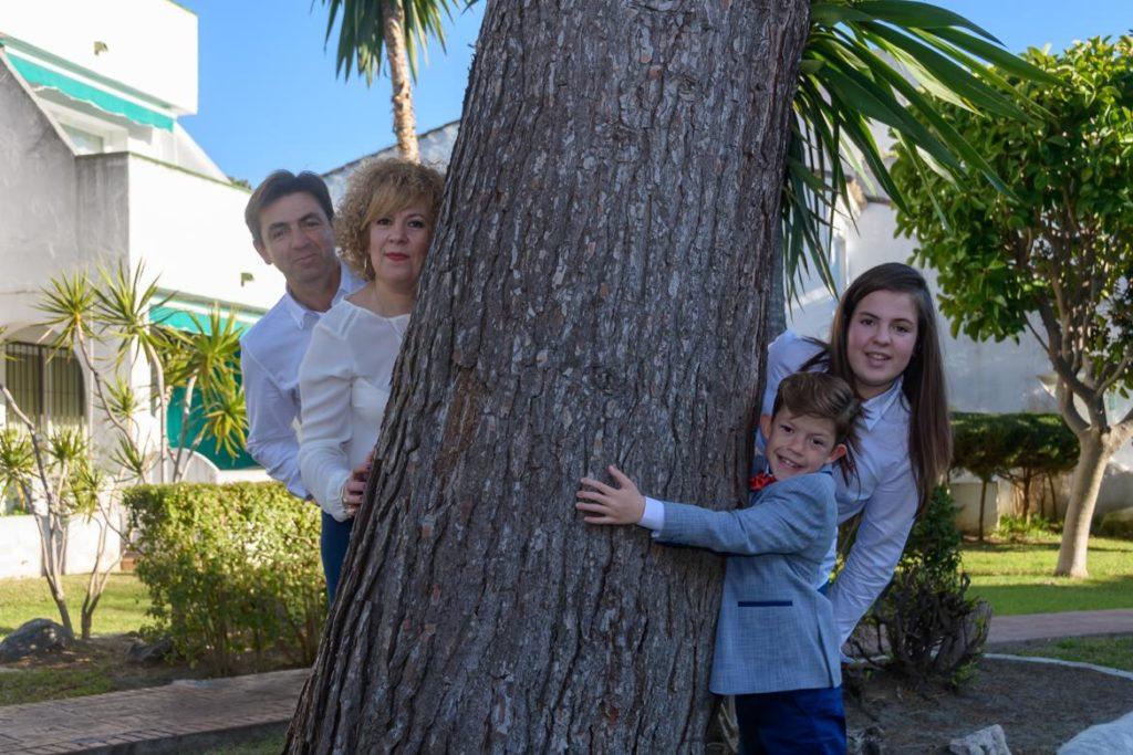 Fotobox Experience, familia escondida detrás un un árbol en Málaga, foto 2