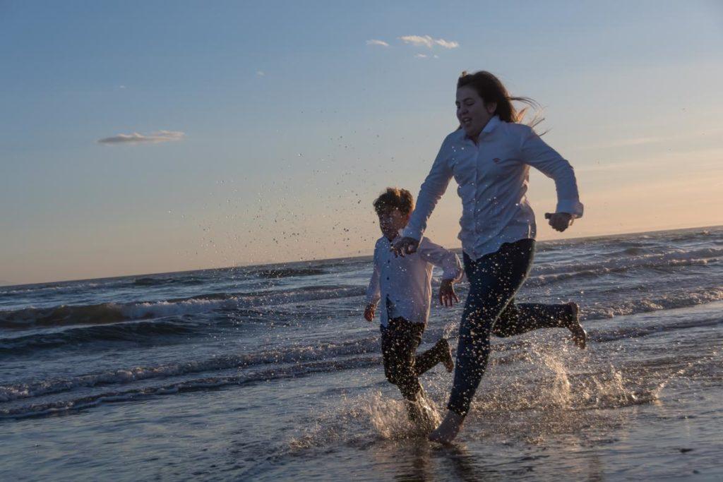 Fotobox Experience, hermanos corriendo en la playa de Málaga, foto 1