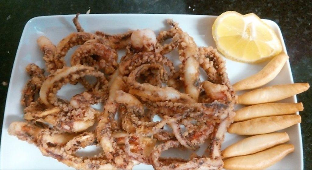 Plato de calamares en Restaurante Hermanos Tejada en Iznate, Málaga