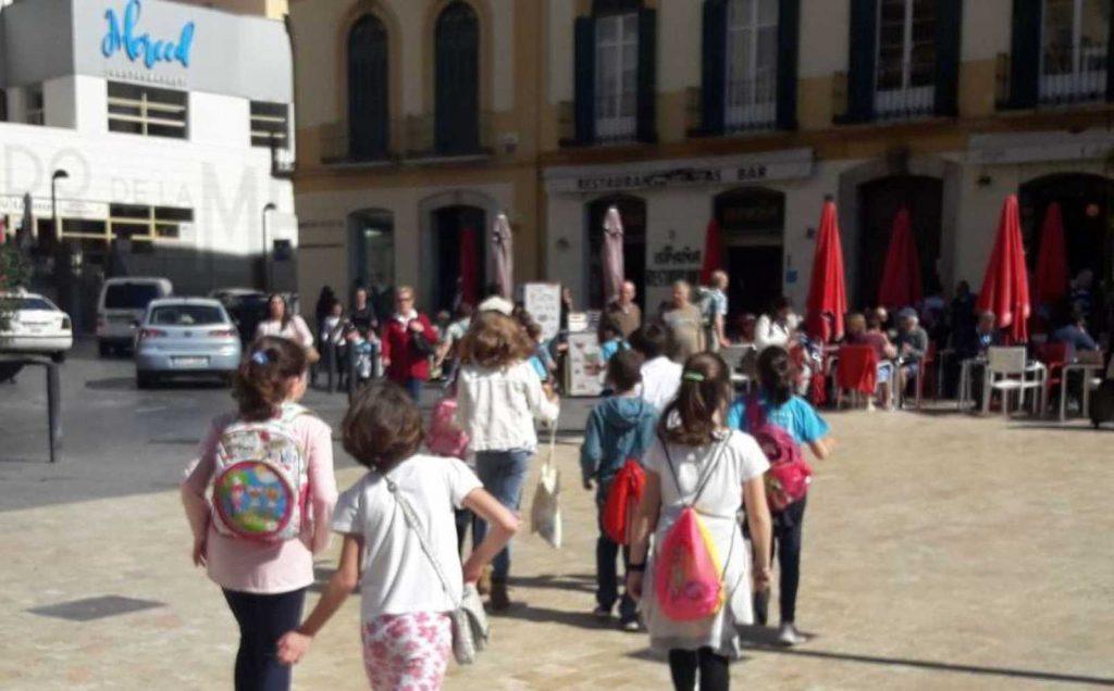 Niños yendo a visitar la Casa Natal de Picasso en la Ruta de Picasso niño en Málaga1