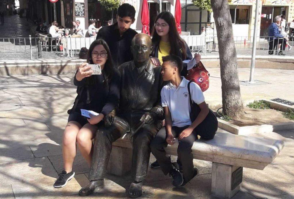 Niños haciéndose foto con la estatua de Picasso en la Ruta de Picasso niño en Málaga2