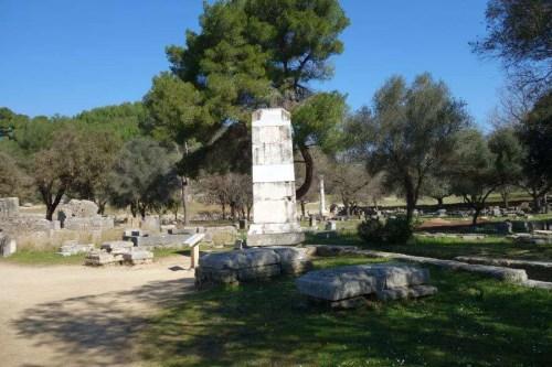 Colonna triangolare a Olimpia